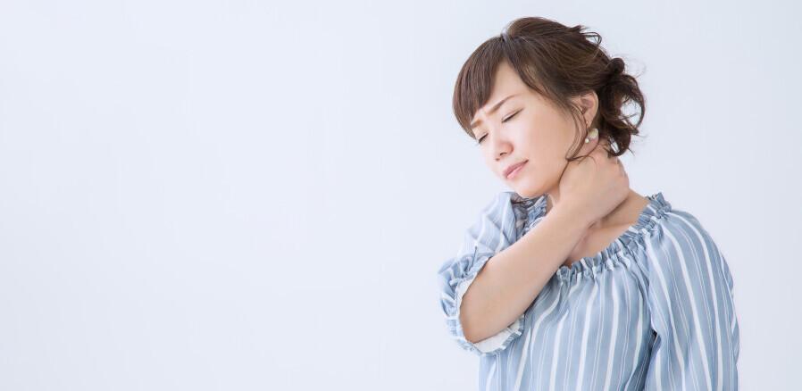 首が痛い女性
